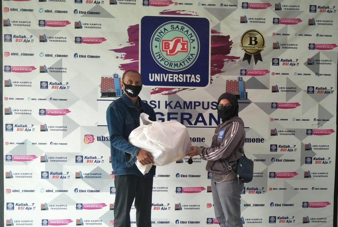 Penyerahan Bingkisan Pada Pelatih Ormawa Universitas Bina Sarana Informatika