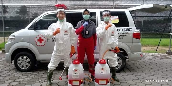 UKM Sukarelawan UBSI Jadi Relawan PMI Jakarta Barat Lakukan Penyemprotan Disinfektan